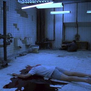"""Beispielbild aus der Eröffnungsszene des Films """"Saw I"""""""